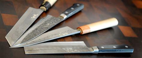 Les couteaux de cuisine japonais se trouvent aux travers d'une multitude de marques.