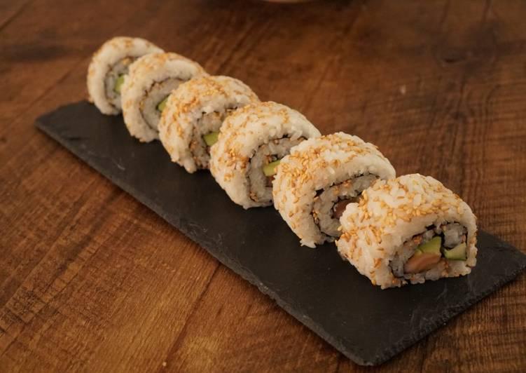 Lignée de california rolls comprenant de l'avocat, du saumon, du concombre et du riz. Le california rolls n'est pas un plat japonais mais américain.