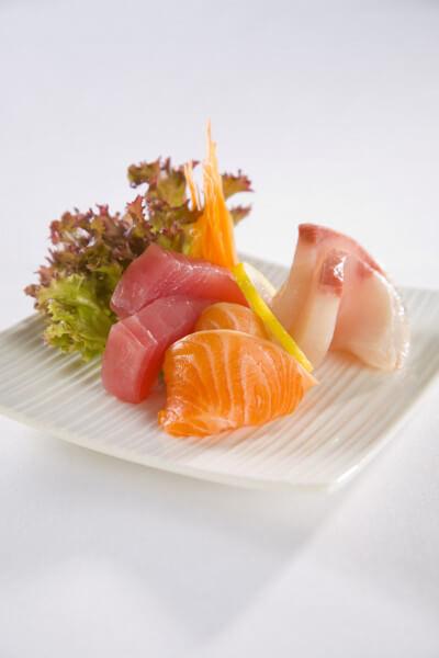 Une image de sashimi de thon, de saumon et d'un poisson blanc. Le sashimi est un plat japonais typique