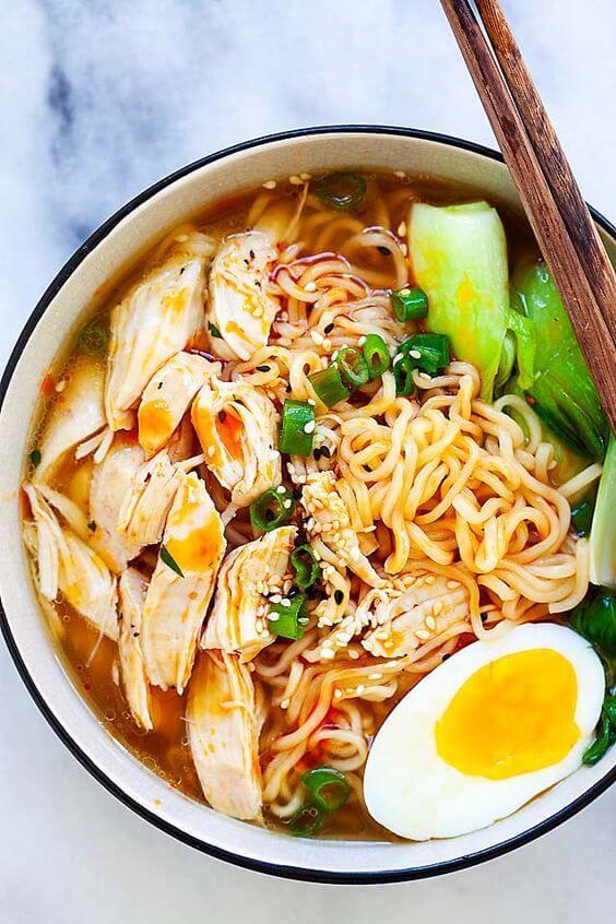 Içi, une photo de dessus d'une soupe de Ramen à base de poulet.