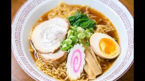 Une photo du dessus d'un plat de Ramen à base de Sauce soja, c'est-à-dire des nouilles Shoyu.
