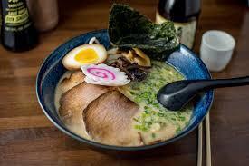 Le Ramen Tonkotsu est crémeux et riche en nutriment, car les os de porc ont longtemps cuit et se sont disloqué dans la soupe.