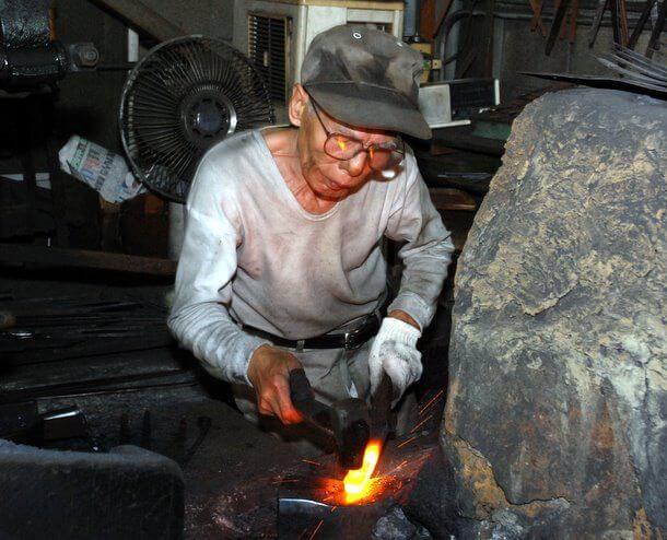 Forgeron japonais, qui travaille le métal comme le sont les couteaux Tojiro