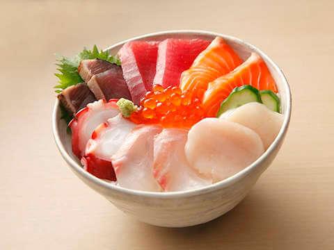 Bol de sashimi avec des oeufs de poissons