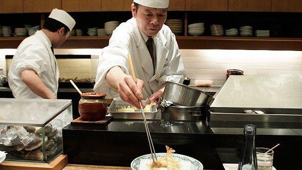 Image d'un chef japonais préparant une recette avec sérieux