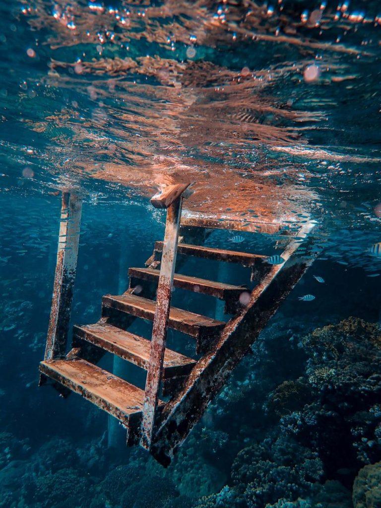 Photo sous-marine d'un escalier rouillé, il se passe le même phénomène pour un couteau qui rouille en restant sous l'eau